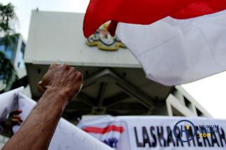 Unjuk Rasa Salah Cetak Bendera Merah Putih