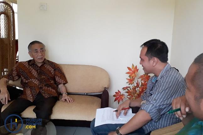 J. Satrio saat diwawancarai tim Hukumonline. Foto: FEB