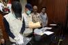 Penyelidik KPK yang didampingi oleh Ketua KPK Agus Rahardjo dan Wakil Ketua KPK Basaria Panjaitan menunjukkan barang bukti uang dan tanda terima yang diamankan  dari OTT  hakim tipikor bengkulu di Gedung KPK, Jalan Rasuna Said, Kuningan. Jakarta Selatan, Kamis (7/9).