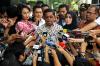 Sekjen Partai Golkar Idrus Marham (tengah) mendatangi gedung KPK untuk menyampaikan keterangan mengenai tidak hadirnya Ketua DPR Setya Novanto dalam pemeriksaan kasus korupsi KTP elektronik di Jakarta, Senin (11/9).