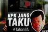 Sejumlah aktivis dari Masyarakat Sipil Antikorupsi melakukan aksi teatrikal di depan gedung Komisi Pemberantasan Korupsi (KPK) di Jakarta, Kamis (14/9).