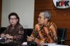 Wakil Ketua KPK Alexander Marwata dan Basaria Pandjaitan bersama penyidik KPK memperlihatkan barang bukti berupa uang saat konferensi pers di gedung KPK, di Jakarta, Kamis (14/9).