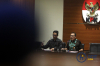 Wakil Ketua KPK Saut Situmorang bersama Juru Bicara KPK Febri Diansyah memberikan keterangan pers terkait penetapan tersangka Bupati Konawe Utara Aswad Sulaiman sebagai tersangka terkait kasus tindak pidana korupsi dalam penerbitan izin kuasa pertambangan eksplorasi dan eksploitasi serta IUP operasi produksi dari Pemkab Konowe Utara di Gedung KPK di Jakarta, Selasa (3/10).