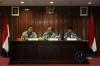 Menteri Agama Lukman Hakim Saifuddin (kiri), Ketua Ombudsman Amzulian Rifai (kedua kiri) dan anggota Ombudsman Ahmad Su'adi menjawab pertanyaan terkait hasil investigasi pelaksanaan biro umrah di Kantor Ombudsman, di Jakarta, Rabu (4/10).