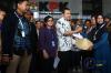 Wakil Ketua KPK Saut Situmorang (tengah) menerima caping dari perwakilan Serikat Petani Pasundan, Wati (kanan) di gedung KPK di Jakarta, Kamis (05/10).