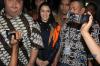 Bupati Kutai Kartanegara Rita Widyasari (tengah) mengenakan rompi tahanan seusai diperiksa di gedung KPK di Jakarta, Jumat (6/10).