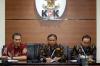 Wakil Ketua KPK Saut Situmorang (kiri), Ketua Bawaslu Abhan (tengah) dan Anggota Bawaslu Mochammad Afifuddin (kanan) memberikan keterangan kepada wartawan di gedung KPK, Jakarta, Selasa (10/10).