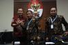 Wakil Ketua KPK Saut Situmorang (kiri), Ketua Bawaslu Abhan (tengah) dan Anggota Bawaslu Mochammad Afifuddin (kanan) usai memberikan keterangan kepada wartawan di gedung KPK, Jakarta, Selasa (10/10).