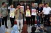 Koalisi Masyarakat Sipil Peduli KPK memberikan keterangan kepada wartawan terkait enam bulan pasca peristiwa penyiraman air keras kepada penyidik senior KPK Novel Baswedan di gedung KPK di Jakarta, Rabu (11/10).