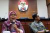 Jaksa KPK Irene Putri (kiri) dan Juru Bicara KPK Febri Diansyah (kanan) memberikan materi diskusi di Jakarta, Rabu (11/10).