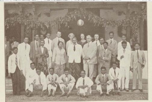 Foto bersama sejumlah siswa Rechtsschool dengan pengurus sekolah pada tahun 1928. Foto: Repro dari Gedenkboek Rechtsschool 1928