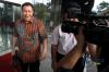 Direktur PT Gajah Tunggal Jusup Agus Sayono keluar dari gedung KPK usai menjalani pemeriksaan oleh penyidik di Jakarta, Senin (6/11).