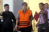 Tersangka kasus korupsi KTP Elektronik Anang Sugiana berjalan menggunakan rompi tahanan KPK usai menjalani pemeriksaan lanjutan di gedung KPK, di Jakarta, Kamis (9/11).