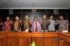 Ketua Komnas HAM periode 2017-2022, Ahmad Taufan Damanik (tengah), didampingi Wakil Ketua dan sejumlah komisioner Komnas HAM, saling berjabat tangan usai menggelar konferensi pers langkah awal pembaruan dan komposisi kepengurusan baru di Kantor Komnas HAM, Jakarta, Selasa (14/11).