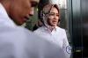 Wali Kota Tangerang Selatan Airin Rachmi Diany keluar meninggalkan gedung KPK usai menjalani pemeriksaan di Jakarta, Selasa (14/11).