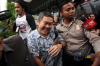 CEO PT Muara Wisesa Samudera, Halim Kumala, menghindari awak media usai menjalani pemeriksaan di gedung KPK di Jakarta, Rabu (15/11).