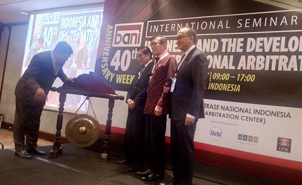Ketua MA M Hatta Ali memukul gong saat peringatan ulang tahun BANI ke-40. Foto: NEE