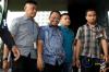 Tim penyidik KPK saat membawa empat orang yang terjaring dalam Operasi Tangkap Tangan (OTT) di Jambi terkait kasus dugaan suap dalam proses APBD Pemprov Jambi 2018,Rabu (29/11).