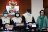 Wakil Ketua Komisi Pemberantasan Korupsi (KPK) Basaria Panjaitandan Juru Bicara KPK Febri Diansyah, bersama penyidik KPK, Rabu (29/11), memperlihatkan barang bukti uang Rp4,7 miliar terkait Operasi Tangkap Tangan (OTT) empat orang di Jambi.
