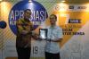 Pemberian Penghargaan Khusus dari Hukumonline.com dan ADCO Attorneys at Law kepada perwakilan dari Indonesia Cyber Law Community (ICLC) sebagai Mitra Klinik Hukumonline, Selasa (19/17). Foto: Redaksi Hukumonline