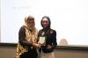 Pemberian Plakat Narasumber kepada Ibu Kirana D. Sastrawijaya, Senior Partner dari UMBRA - Strategic Legal Solutions, Selasa (30/18). Foto: Event & Training Hukumonline