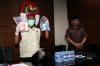 Ketua KPK Agus Rahardjo didampingi seorang penyidik menunjukkan barang bukti hasil operasi tangkap tangan (OTT) di gedung KPK, Jakarta, Jumat (5/1).