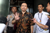 Mantan Ketua DPR Marzuki Alie usai menjalani pemeriksaan di gedung KPK, Jakarta, Senin (8/1).