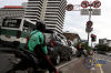 Rambu tersebut masih terpasang padahal Mahkamah Agung (MA) telahmembatalkan Peraturan Gubernur (Pergub) DKI Jakarta Nomor 195 Tahun 2014 Tentang Pembatasan Lalu Lintas Sepeda Motor yang dibuat di era kepemimpinan Basuki Tjahaja Purnama alias Ahok.