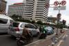 Beberapa sepeda motor melintas di bawah rambu larangan sepeda motor yang terpampang di perempatan jalan MH Tamrin, Jakarta Pusat, Selasa (10/1).