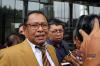 Kuasa hukum Fredrich Yunadi, Sapriyanto Refa (jas coklat) saat menjawab pertanyaan awak media usai menyerahkan surat permohonan penundaan pemeriksaan di gedung KPK di Jakarta, Kamis (11/1).