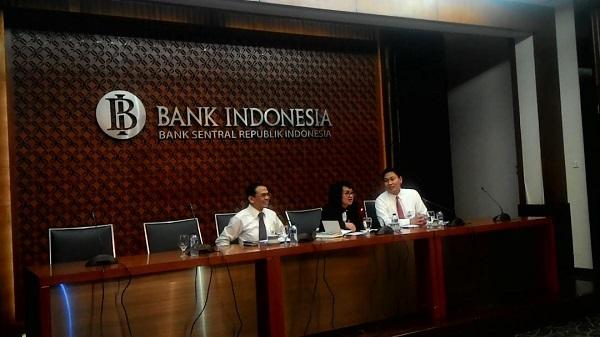 Enny Panggabean Tengah, Onny Widjanarko (kanan) saat jumpa pers di gedung Bank Indonesia, Senin (15/1). Foto: NNP
