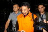 Bupati Jombang Nyono Suharli Wihandoko (rompi oranye) dikawal petugas seusai menjalani pemeriksaan perdana di Gedung KPK, Jakarta, Rabu (7/2).