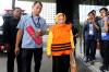 Plt Kadis Kesehatan Kabupaten Jombang, Inna Silestyowati dikawal petugas usai menjalani pemeriksaan perdana usai terjaring Operasi Tangkap Tangan (OTT) oleh KPK,Senin (12/2).