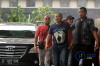 Dirut PT Sinar 99 Permai Wilhelmus Iwan Ulumbu dan pegawai Bank BNI Cabang Bajawa Petrus Pedulewari yang terjaring dalam OTT di Kabupaten Ngada tiba di Gedung KPK, Jakarta, Senin (12/2).