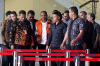 Bupati Ngada yang juga bakal calon Gubernur Nusa Tenggara Timur (NTT) Marianus Sae memakai rompi tahanan usai menjalani pemeriksaan 1x24 jam di Gedung KPK, Jakarta, Senin (12/2).