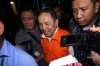 Bupati Halmahera Timur, Maluku Utara, Rudi Erawan keluar dari gedung KPK mengunakan baju tahanan usai menjalani pemeriksaan oleh penyidik, di Jakarta, Senin (12/2).