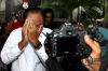 Mantan pegawai PT Garuda Indonesia (Persero) Tbk, Kapten Agus Wahjudo keluar dari gedung KPK dengan menutupi wajahnya usai menjalani pemeriksaan oleh penyidik diJakarta, Selasa (13/2).