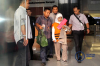 Anggota Komisi A DPRD Kabupaten Kebumen, Dian Lestari Pertiwi Subekti (DL) dikawal ketat petugas usai menjalani pemeriksaan di Gedung KPK, Jakarta, Selasa (13/2).