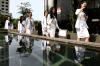 Finalis Putri Indonesia 2018 melambaikan tangan ketika mendatangi gedung KPK di Jakarta, Senin (5/3).