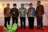 Ketua MK Arief Hidayat (tengah), Ketua LPSK Abdul Haris Semendawai(kedua kanan), Ketua Komisi Yudisial Aidul Fitriciada Azhari (kedua kiri), Kepala BPKP Ardan Adiperdana (kanan), dan Sekjen MK M Guntur Hamzah (kiri), berbincang seusai penandatanganan nota kesepahaman antara MK dengan BPKP dan LPSK di Gedung Mahkamah Konstitusi (MK), Jakarta, Selasa (6/3).