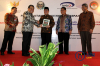Ketua MK Arief Hidayat (kedua kiri), Ketua LPSK Abdul Haris Semendawai(kedua kanan), Ketua Komisi Yudisial Aidul Fitriciada Azhari (tengah), Kepala BPKP Ardan Adiperdana (kanan), dan Sekjen MK M Guntur Hamzah (kiri), berbincang seusai penandatanganan nota kesepahaman antara MK dengan BPKP dan LPSK di Gedung Mahkamah Konstitusi (MK), Jakarta, Selasa (6/3).