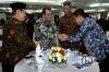 Ketua MK Arief Hidayat (kedua kiri), Ketua LPSK Abdul Haris Semendawai(kanan), Ketua Komisi Yudisial Aidul Fitriciada Azhari (kiri), Kepala BPKP Ardan Adiperdana (kedua kanan) berbincang seusai penandatanganan nota kesepahaman antara MK dengan BPKP dan LPSK di Gedung Mahkamah Konstitusi (MK), Jakarta, Selasa (6/3).