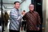 Menko Polhukam Wiranto (kiri) bersama Ketua KPU Arief Budiman (kanan) berjabat tangan usai melakukan pertemuan di kantor KPU Pusat, Jakarta, Selasa (6/3).