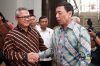 Menko Polhukam Wiranto (kanan) bersama Ketua KPU Arief Budiman (kiri) berjabat tangan usai melakukan pertemuan di kantor KPU Pusat, Jakarta, Selasa (6/3).