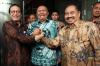 Ketua KPK Agus Rahardjo (tengah), KepalaPPATK Kiagus Ahmad Badaruddin (kanan) dan Wakil Kepala PPATK, Dian Ediana Rae (kiri) memberikan keterangan usai melakukan pertemuan tertutup di Gedung KPK, Jakarta, Selasa (6/3).