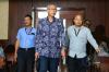 Dokter RS Permata Hijau, Bimanesh Sutarjo (tengah) bersiap mengikuti sidang di Pengadilan Tipikor, Jakarta, Kamis (8/3).