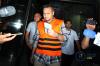 Tersangka Irvanto Hendra Pambudimengenakan rompi oranye usai menjalani pemeriksaan perdana setelah resmi ditahan oleh penyidik KPK, Senin (12/3).