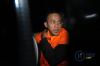 Dua advokat yang terjaring dalam operasi tangkap tangan (OTT) KPK di PN Tangerang, Agus Wiratno dan HM Saipudin mengenakan rompi tahanan saat keluar dari gedung KPK di Jakarta, Selasa (13/3).