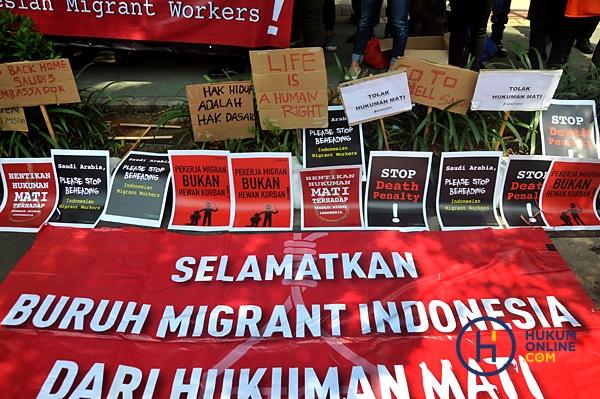 Pengunjukrasa dari sejumlah lembaga peduli imigran melakukan aksi unjuk rasa di depan Kedutaan Besar Arab Saudi, Jakarta, Selasa (20/3). Mereka memprotes eksekusi mati yang dilakukan pemerintah Arab Saudi terhadap seorang tenaga kerja Indonesia (TKI) bernama Muhammad Zaini Misrin pada Minggu (18/3) lalu. Foto: RES