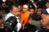 Dengan menggunakan rompi oranye, Gubernur Jambi Zumi Zola, langsung digiring ke mobil tahanan, usai menjalani pemeriksaan di gedung KPK di Jakarta, Senin (9/4).